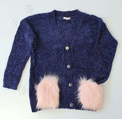 Pleten pulover temno modre barve z našitimi sprednjimi žepi